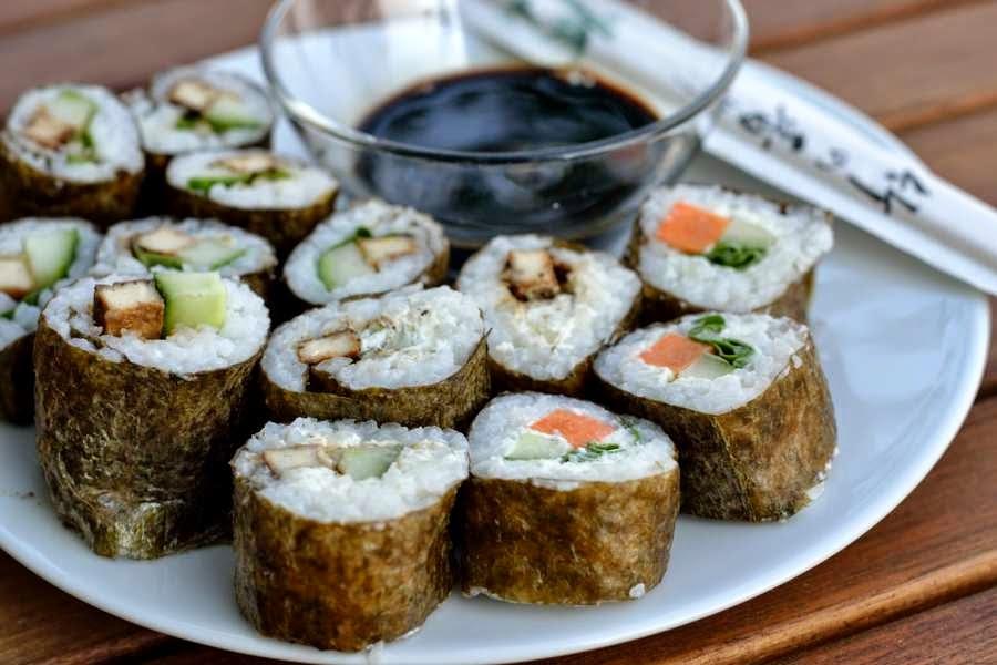 Sushi mit mariniertem Räuchertofu