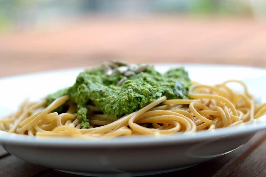 Spaghetti mit Kohlrabiblätterpesto