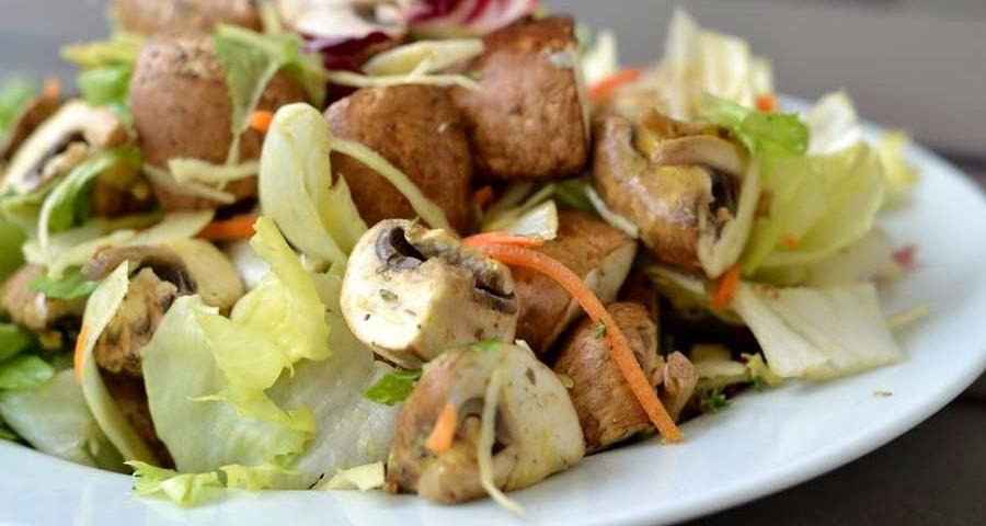 rohk stlicher salat mit braunen champignon vierteln an. Black Bedroom Furniture Sets. Home Design Ideas