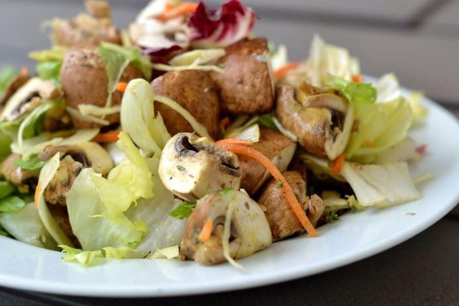 Salat mit rohen Champignons und Thymian-Dressing