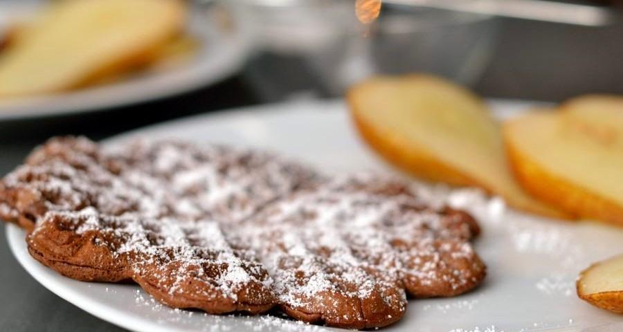 Kakaowaffeln mit Weißweinbirnen