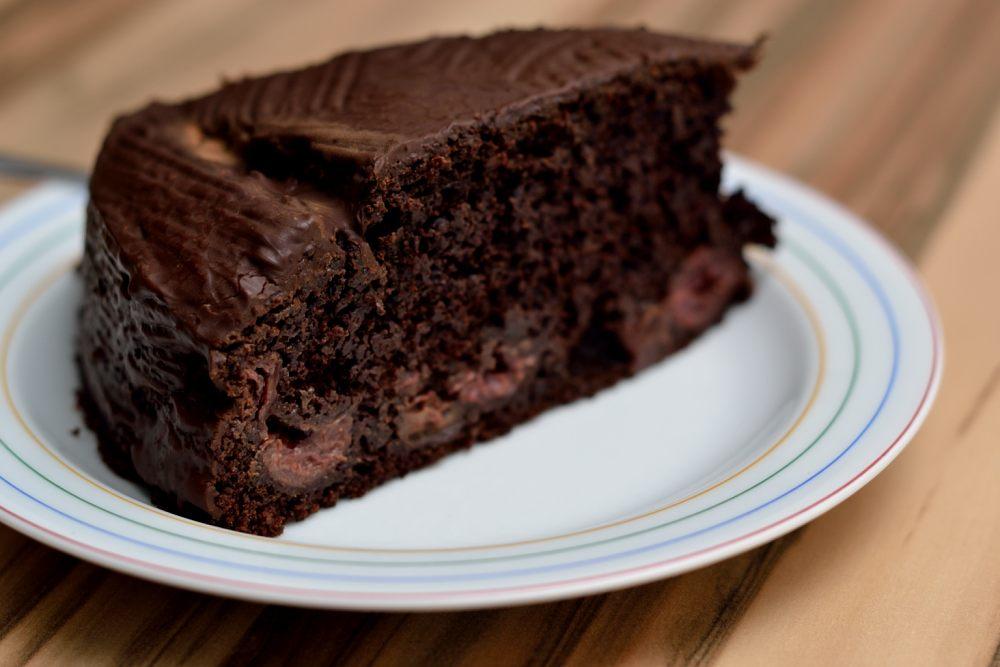 Kuchen mit kirsche und schokolade