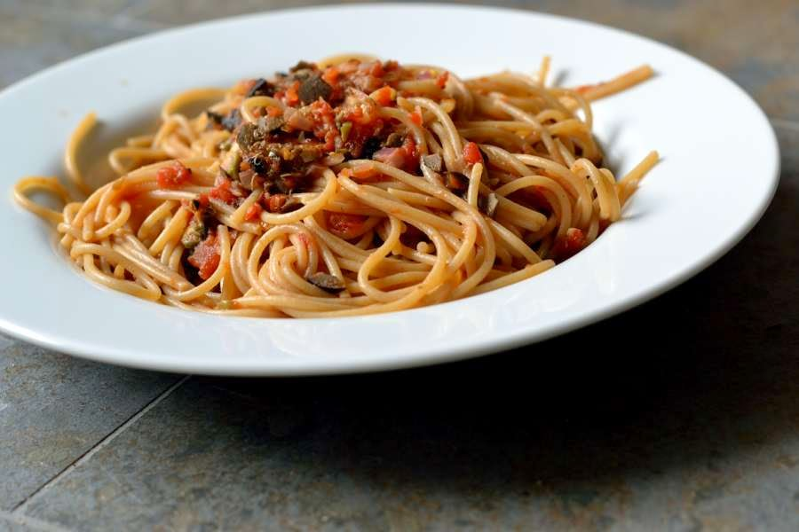 https://www.herbs-and-chocolate.de/2014/08/spaghetti-nach-hurenart-puttanesca.html