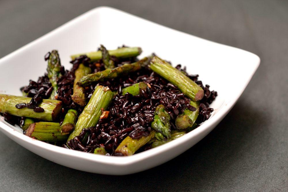 Schwarzer Reis mit grünem Spargel