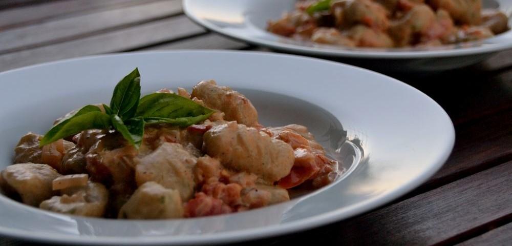 Basilikum-Gnocchi mit Tomaten-Joghurt-Sauce