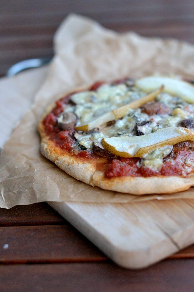 Pizza mit Champignons, Gorgonzola und Birne
