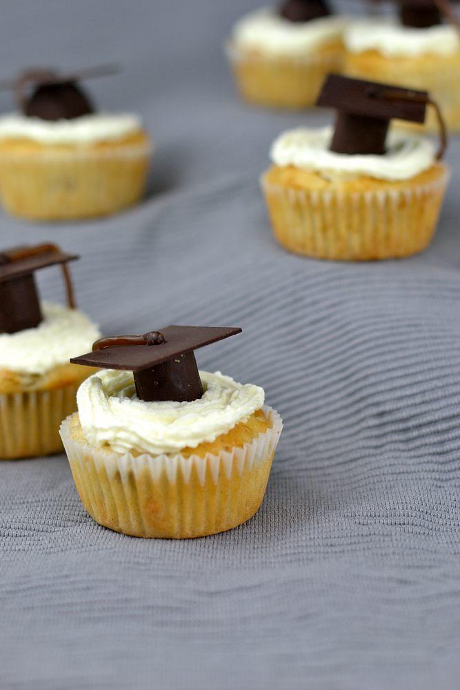 Absolventen-Cupcakes mit Doktorhut