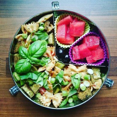 Bento veganer Nudelsalat zum Mitnehmen