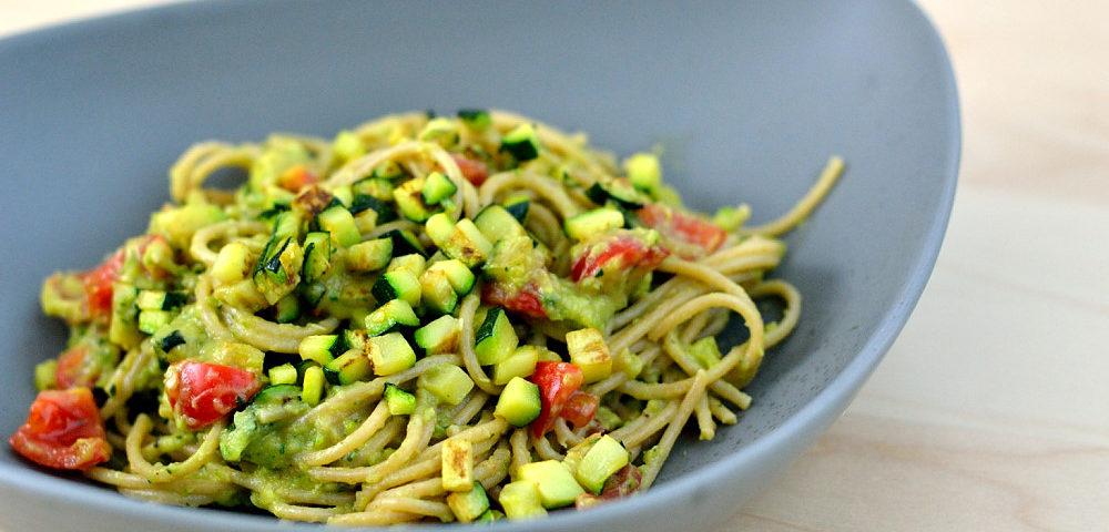 Spaghetti mit Zucchini-Avocadocreme
