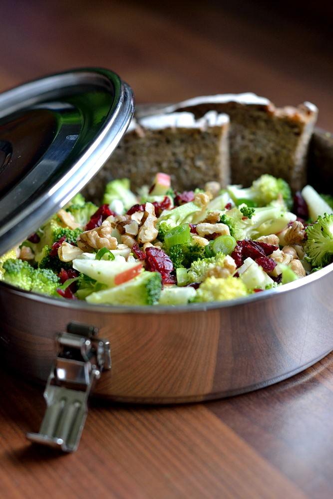 Roher Brokkoli-Cranberry-Salat mit Apfel