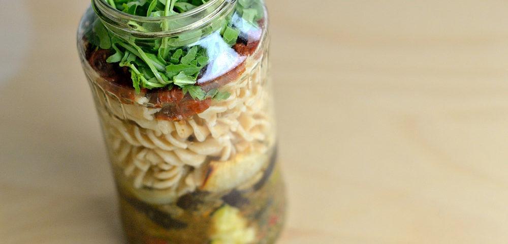 Salat im Glas Nudeln Grillgemüse