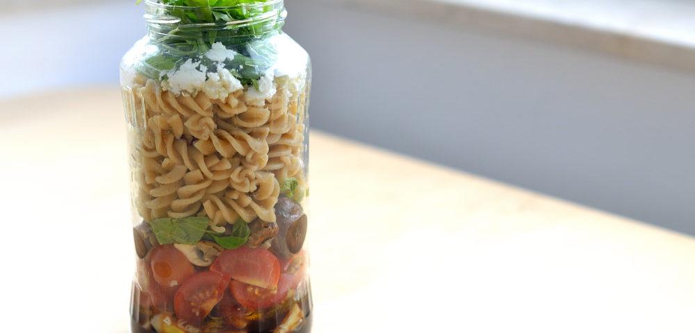 Salat im Glas Mediterran