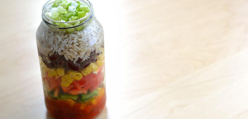 Salat im Glas mexikanischer Reissalat