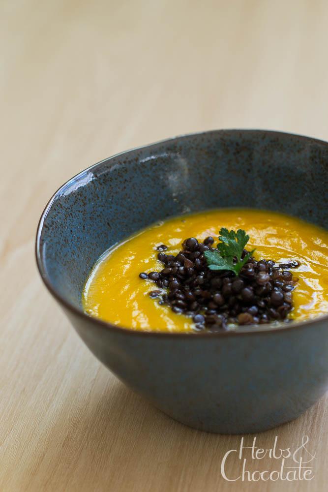 Karottensuppe mit Meerrettich und Belugalinsen