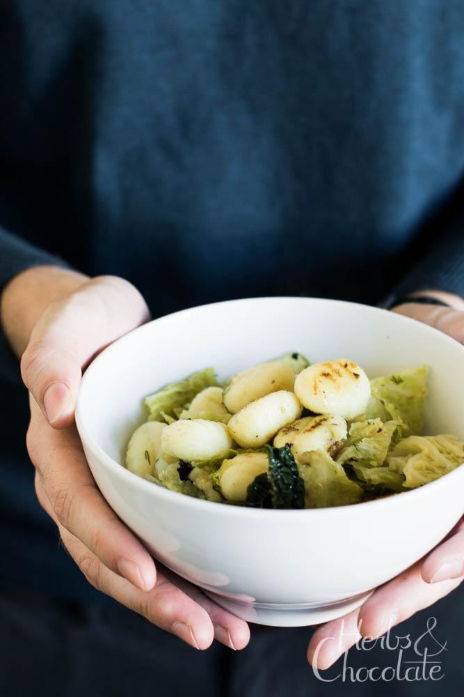 Senf-Dill-Suppe mit Wirsing und Gnocchi