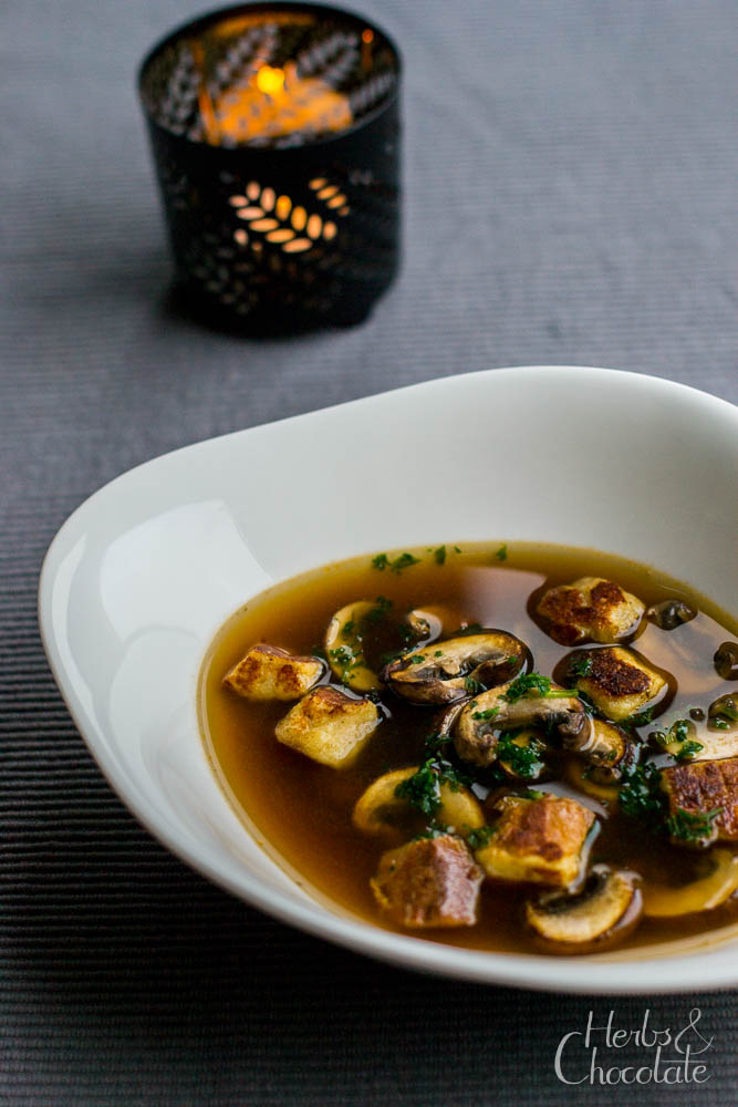Klare Pilzsuppe mit Laugen-Goldschnitten