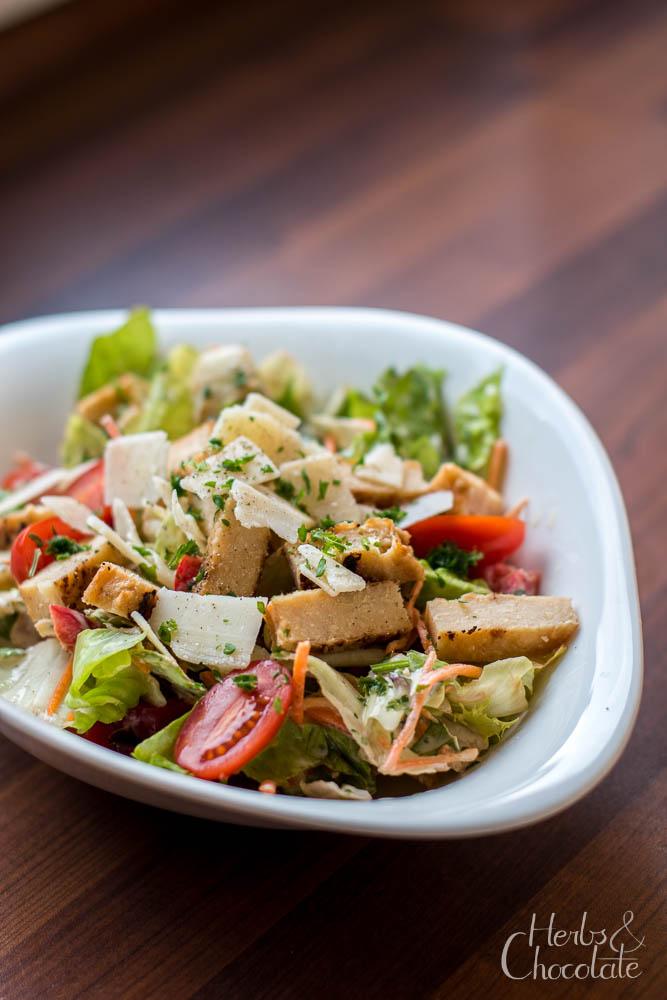 Ceasar-Style Salad auf Joghurtbasis