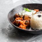 Indisches Auberginen-Curry mit Gurken-Minz-Raita nach Meera Sodha