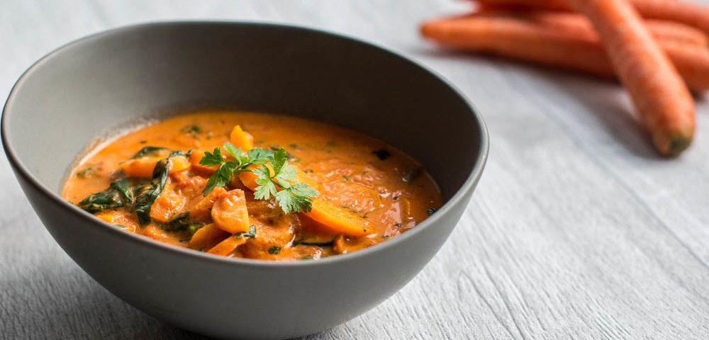 Karotten-Tomatensuppe mit Spinat und Frischkäse